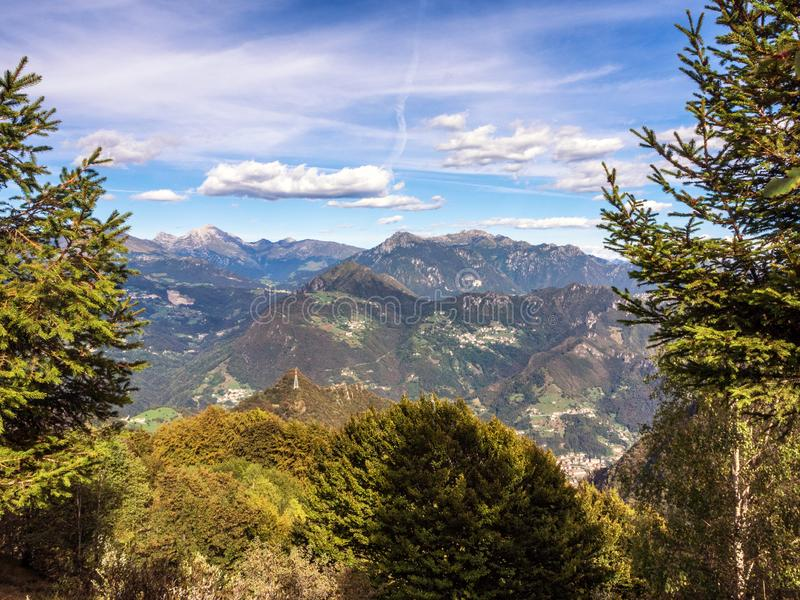 Berglandskap av dalarna av Bergamo, Italien royaltyfria foton