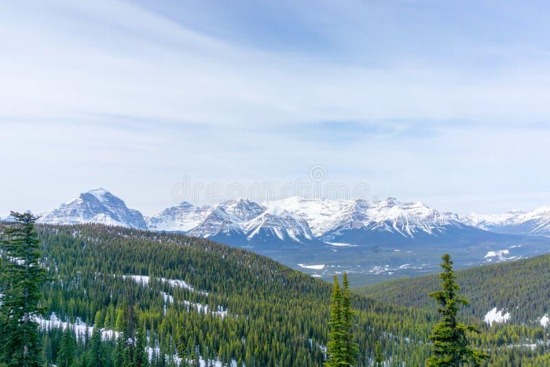 Berglandskap av kanadensiska steniga berg på sjön Louise Near Banff arkivbilder