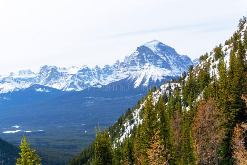 Berglandskap av kanadensiska steniga berg på sjön Louise Near Banff arkivfoton