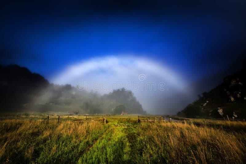 Berglandskap i höst vid natten - Fundatura Ponorului arkivbild
