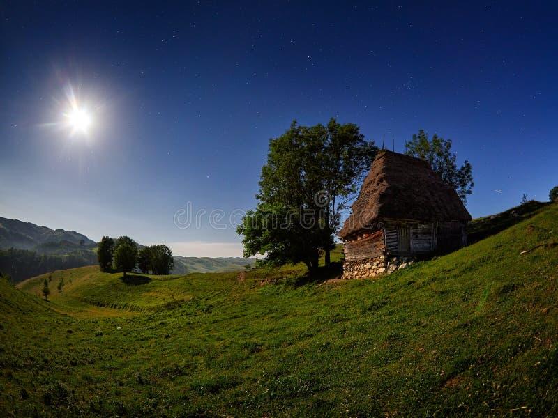 Berglandskap i höst vid natten, Rumänien arkivbild