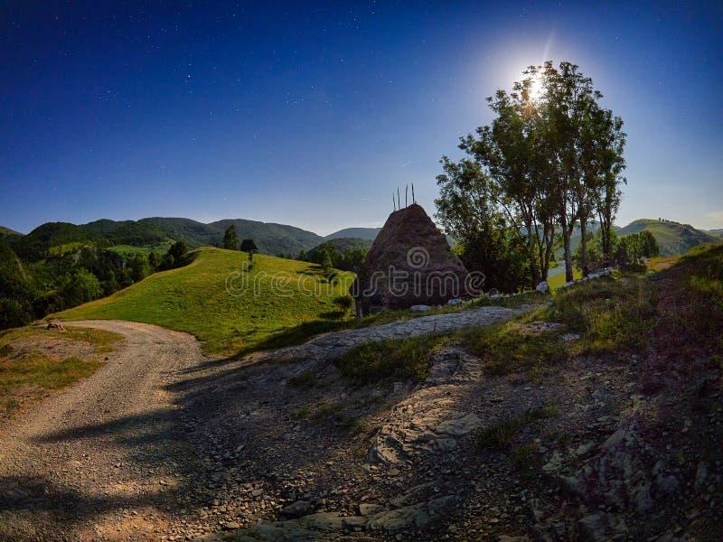 Berglandskap i höst vid natten, Rumänien - lång exponering royaltyfri fotografi