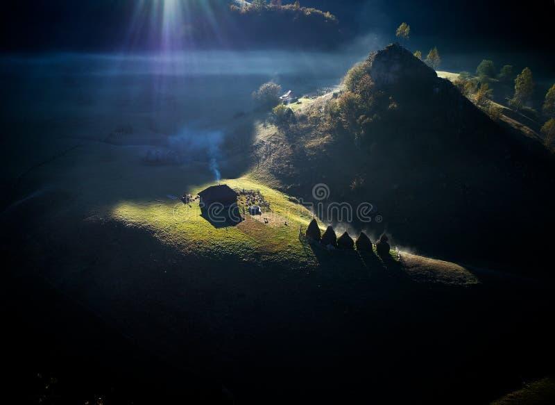 Berglandskap i höstmorgonen - Rumänien arkivbilder