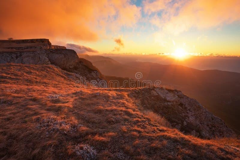 Berglandskap i hösttid under solnedgång arkivbilder