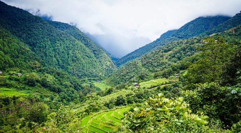 Berglandskap i Kingdoom av Bhutan arkivfoton