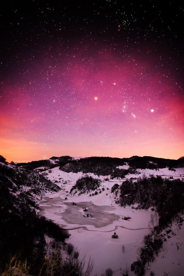 Berglandskap i vinter vid natt royaltyfri bild