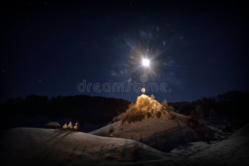Berglandskap i vinter vid natten - Rumänien fotografering för bildbyråer