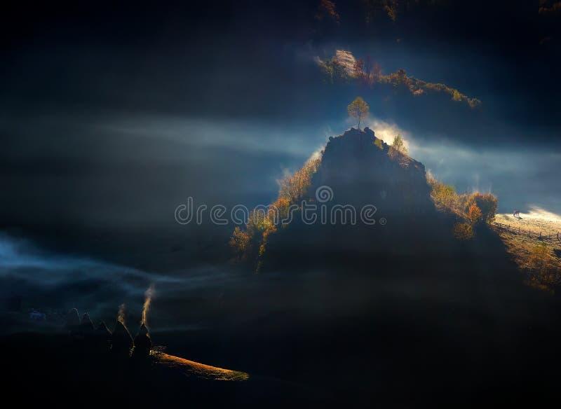 Berglandskap med höstmorgondimma på soluppgång - Rumänien arkivbilder