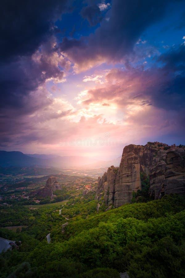 Berglandskap med Meteora vaggar och kloster royaltyfri foto