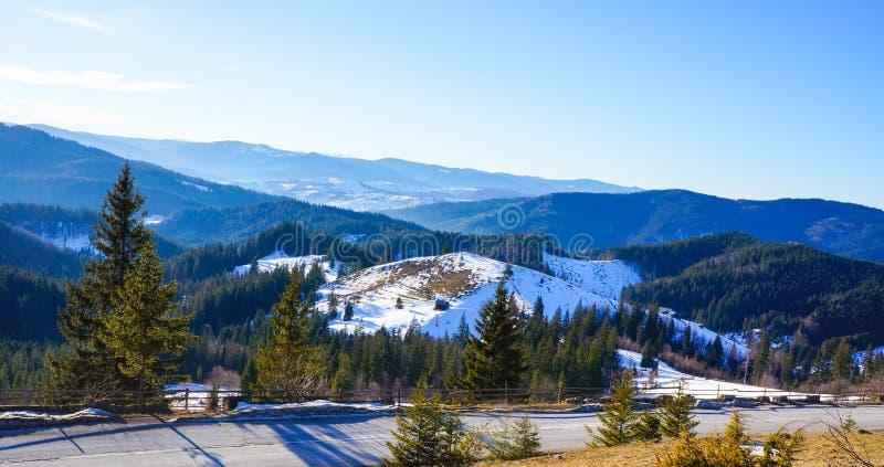 Berglandskap - Moldavien Rumänien arkivfoto