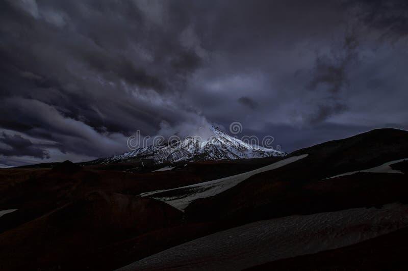 Berglandskap: nattsikt på den aktiva Koryaksky vulkan på en solig dag Koryaksky-Avachinsky grupp av Volcanoes, Kamchatka Peni royaltyfria bilder