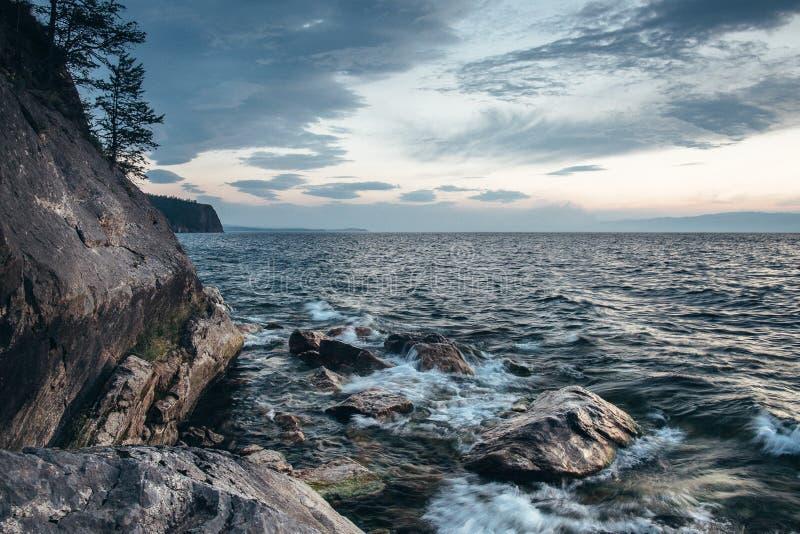Berglandskap och dimmig sjö royaltyfri fotografi