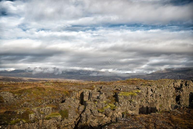 Berglandskap på molnig himmel i Island arkivbild