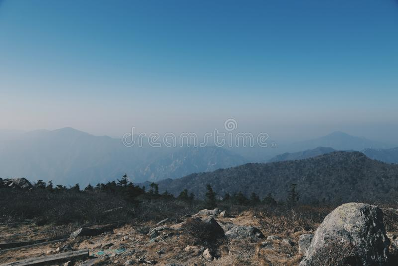 Berglandskap på Seoraksan royaltyfri bild