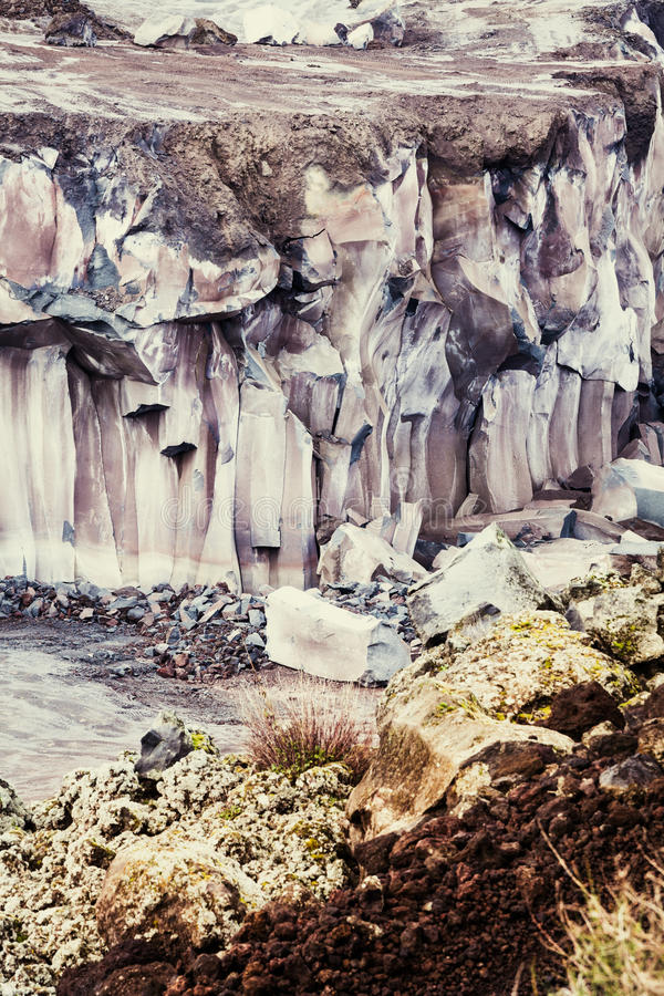 Berglava Gelaagd terrein met geologisch rotsmateriaal royalty-vrije stock afbeeldingen