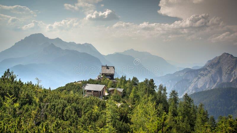 Bergloge på bergstoppet arkivfoton