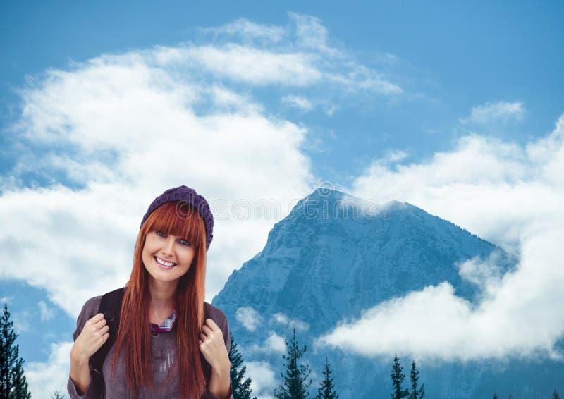 berglopp, lycklig kvinna med den purpurfärgade hatten som är främst av ett berg fotografering för bildbyråer