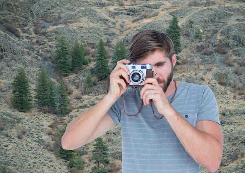 berglopp, män som teiking ett foto i bergen arkivfoto