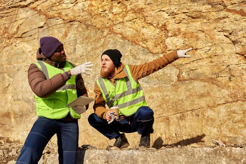Bergmänner, die an Aushöhlungs-Standort arbeiten stockfotos