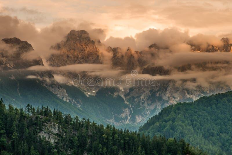 Bergmaxima över den Logar dalen under solnedgång, Slovenien arkivfoto