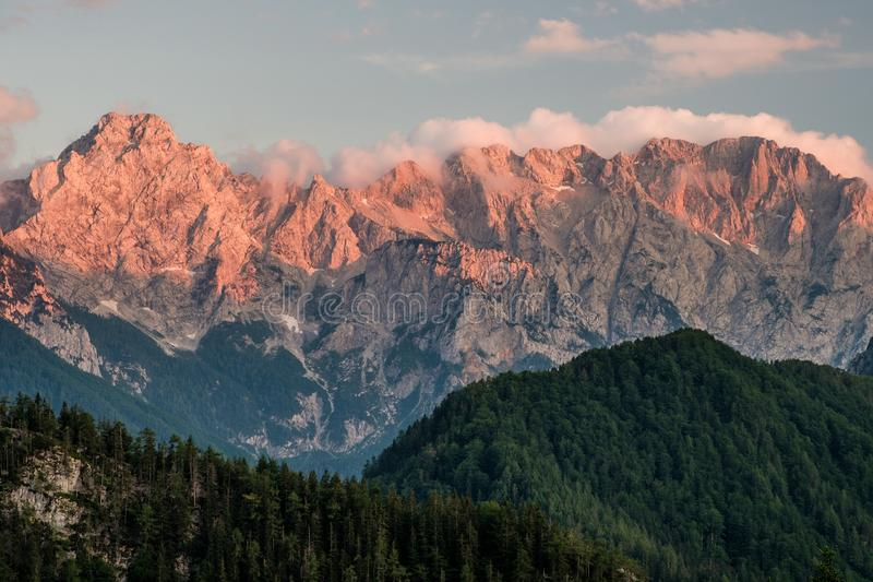 Bergmaxima över den Logar dalen under solnedgång, Slovenien royaltyfri bild