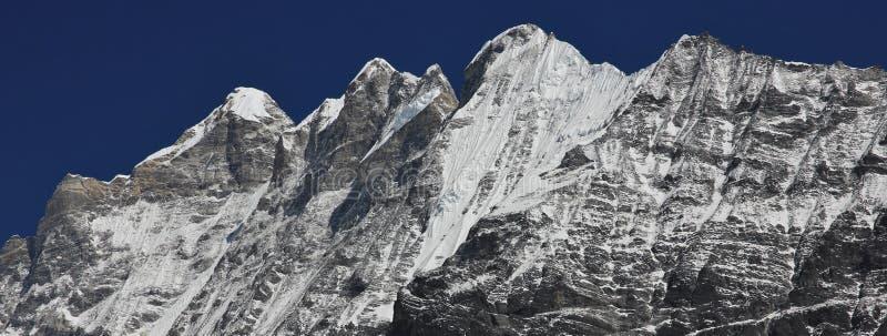 Bergmaxima av det Langtang Himal området Kinshung Sikt från royaltyfri fotografi