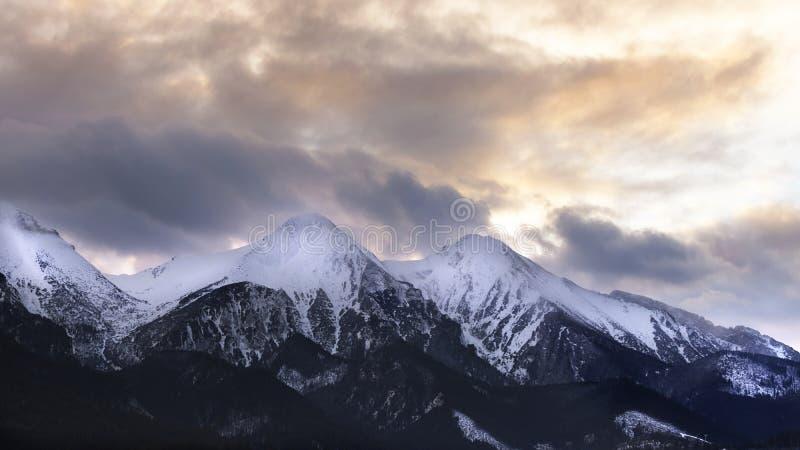 Bergmaxima med dramatisk moln och himmel arkivbild