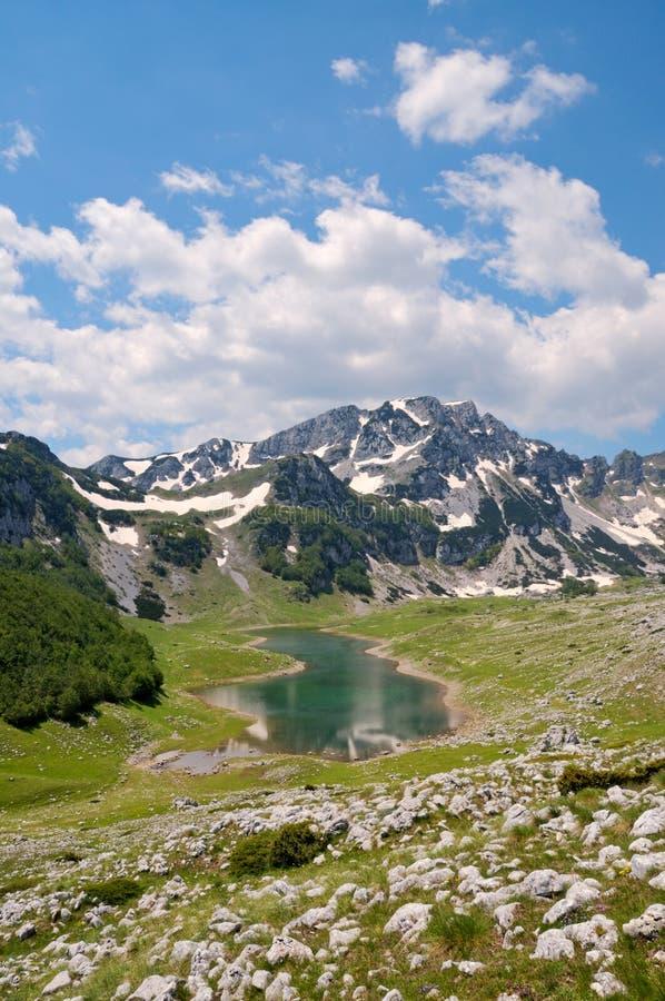 Bergmaxima med sjön arkivbild