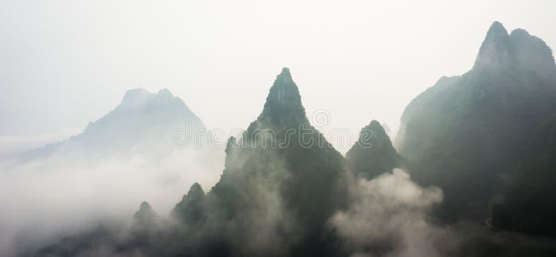 Bergmaxima ovanför molnen i den Tianmen bergnationalparken, Zhangjiajie, Kina royaltyfria bilder