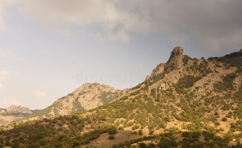 Bergmaxima som tänds av eftermiddagsolen crimea arkivbild