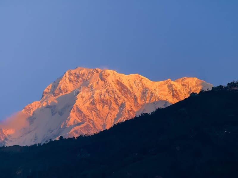 Bergmaximum Annapurna som är södra på soluppgång, Himalayas, Nepal arkivbilder