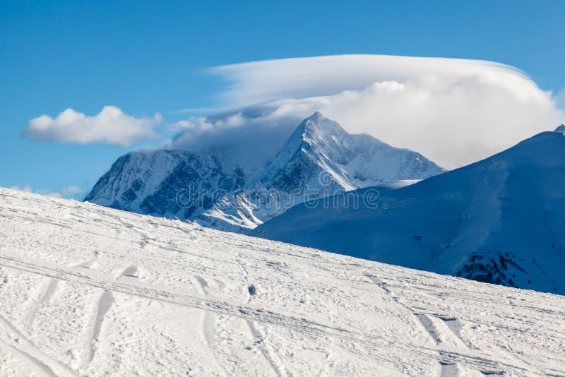 Bergmaximum och Ski Slope nära Megeve i franska fjällängar arkivfoton