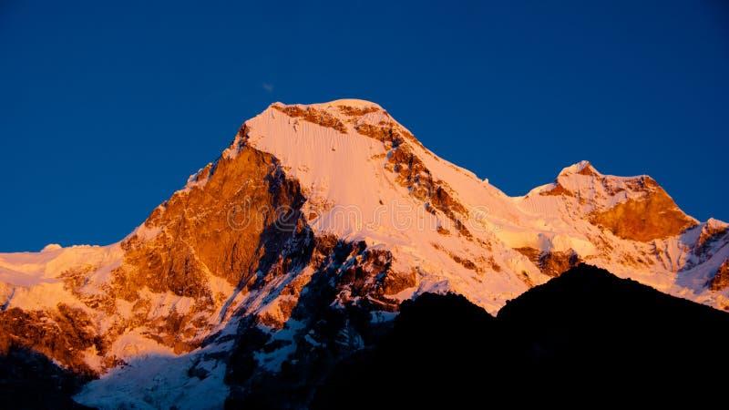 Bergmaximum på solnedgången Peru arkivfoto