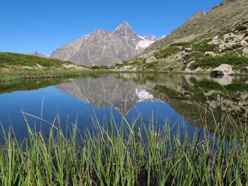 Download Bergmeer stock afbeelding. Afbeelding bestaande uit groen - 39107705