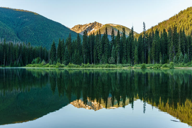Bergmeer in bergen bij zonnige dag Brits Colombia Canada stock fotografie