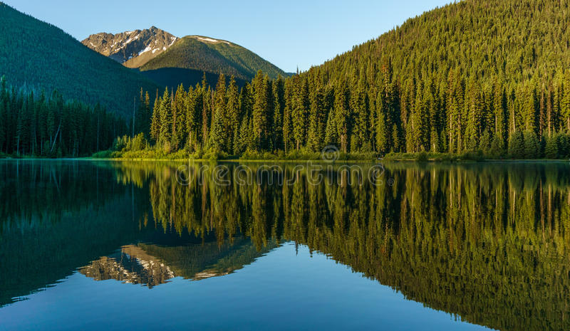 Bergmeer in bergen bij zonnige dag Brits Colombia Canada stock afbeelding