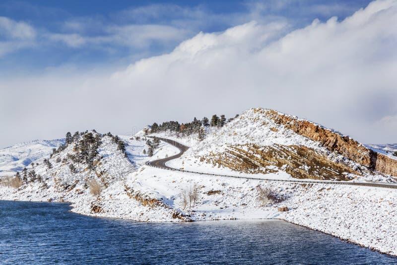 Bergmeer en weg in de winter stock afbeelding