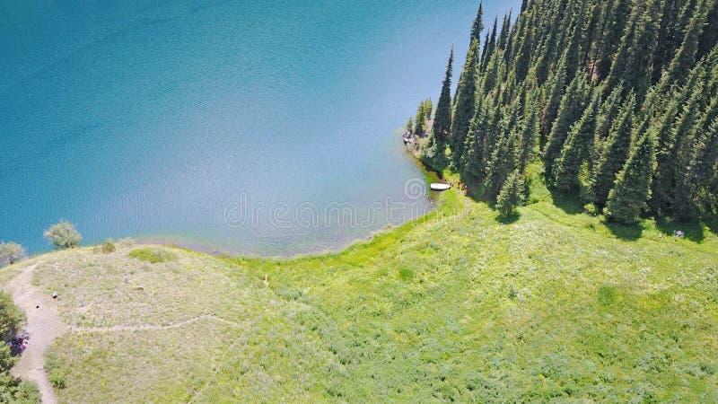 Bergmeer Kolsai Mooie mening van het meer in de kloof stock afbeelding