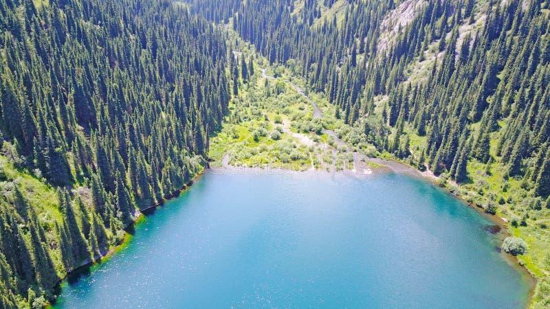 Bergmeer Kolsai Mooie mening van het meer in de kloof stock foto's