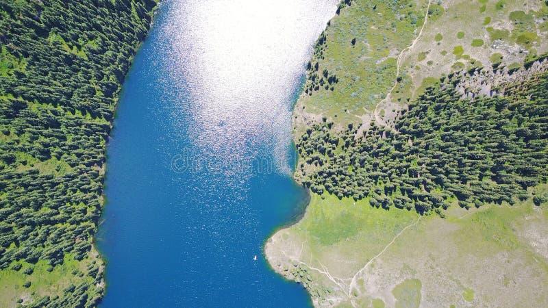 Bergmeer Kolsai Mooie mening van het meer in de kloof royalty-vrije stock afbeeldingen
