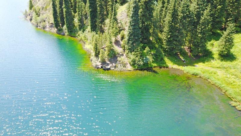 Bergmeer Kolsai Mooie mening van het meer in de kloof stock afbeeldingen