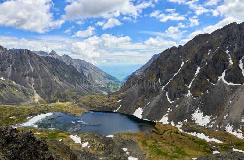Bergmeer met drijvend ijs in smalle vallei stock afbeeldingen