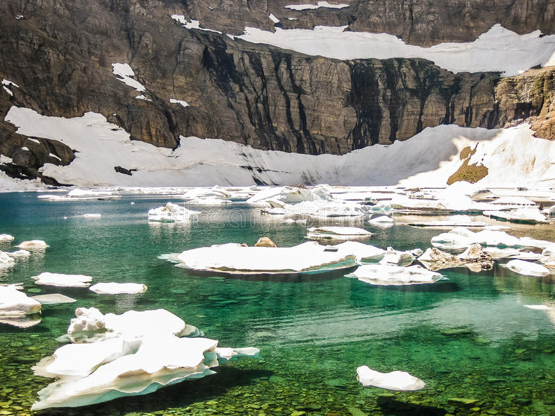 Bergmeer met ijsbergen, gletsjer nationaal park, de V.S. stock foto's