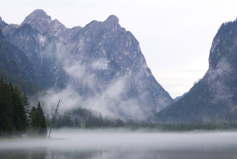 Bergmeer in mist wordt behandeld die royalty-vrije stock foto
