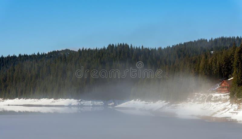 Bergmeer tijdens de winter zonnige dag stock afbeeldingen