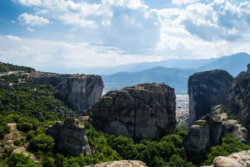 Bergmening over Meteora-klooster in Griekenland op berg, bewolkt weer stock afbeelding