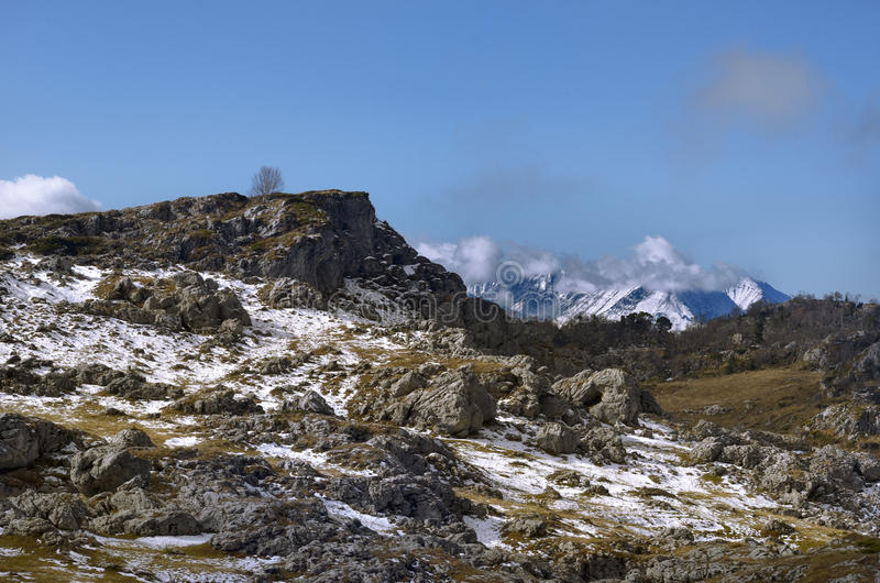 Bergmening vanaf de voorgrond van de stenen royalty-vrije stock afbeeldingen