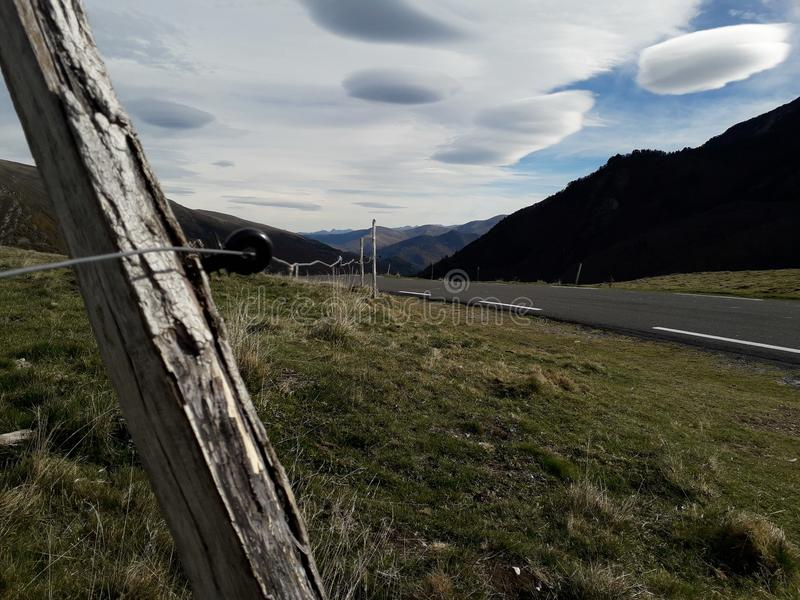 Bergmoln och staket arkivfoton