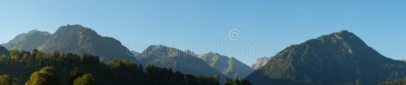 Bergpanorama in Allgäu mit Höchst-Himmelschroffen lizenzfreies stockbild