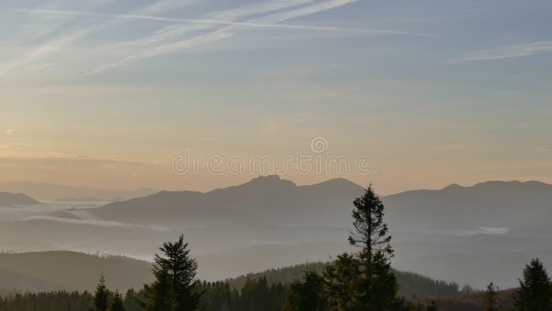Bergpanorama efter soluppgång höst tidigt Sikt uppifrån av Velka Raca Polen royaltyfria bilder